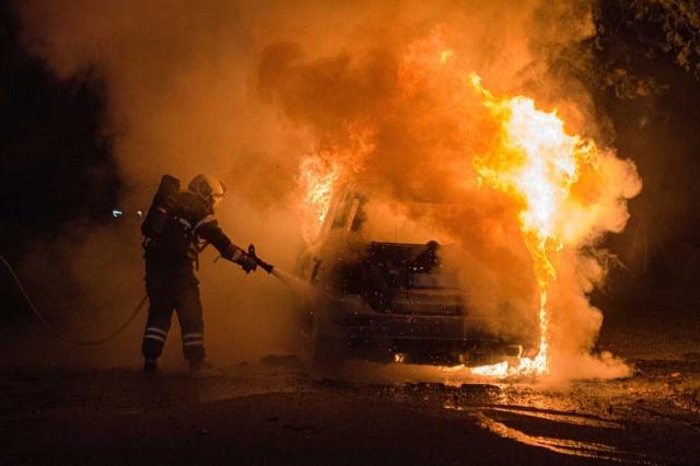 Kopenhag'da öldürülen 27 yaşındaki gencin cinayetinde İsveç plakalı bir araç kullanıldığı ortaya çıktı.  İsveç plakalı Mercedes marka araç olaylan bir süre sonra ateşe verilmiş halde bulundu. Danimarka polisi aracın İsveç plakalı olması üzerine İsveç polisi ile irtibata geçti. Yapılan soruşturmada aracın Malmö kayıtlı olduğu ortaya çıktı.