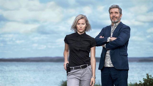 """Dizi, önce İngiltere, daha sonra diğer ülkelerde yayınlanacak..  AMC Networks, yayın hizmeti için öncelikli olarak ABD, İngiltere ve Kanada'da yayınlanmak üzere, önemli yapım şirketi Yellow Bird'ün (""""The Girl With the Dragon Tattoo,"""" """"Wallander"""") yapımcılığını üstlendiği altı bölümlük İsveç dizisi """"Bäckström""""ün haklarını satın aldı. Anlaşma, küresel distribütör Banijay Rights tarafından aracılık edilerek tamamlandı."""