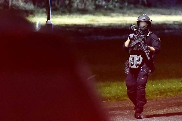 Upplands Väsby'deki bir yerleşim alanında silah sesleri üzerine ihbar yapıldı.  Bölge sakinlerinden elde edilen bilgilere göre, silah seslerinden sonra birkaç kişi yerde yatan bir kişiyi araca taşıyarak kaçtı.  Vurulan kişi Sollentuna'daki Tuberg'de bulunduğu ve ağır yaralı olan şahsın tedavi edilmek üzere hastaneye kaldırıldığı belirtildi.