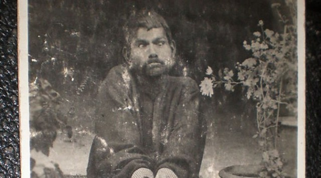 Üstüne üstlük tedavi sırasında kendisiyle dalga geçmek için eline sigara veren insanlar yüzünden sigara tiryakisi oldu. Sanichar 1895'de ölene kadar konuşmayı öğrenememiş, kemikleri kemirmeyi ve pişmiş yemek yerine çiğ hayvan eti yemeği tercih etmiştir.