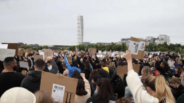 ABD'de polisin ırkçı cinayetini protesto etmek üzere insanların bir araya geldiği Malmö'deki Ribersborg'da kalabalığın ilerleyen saatlerde artması bekleniyor.