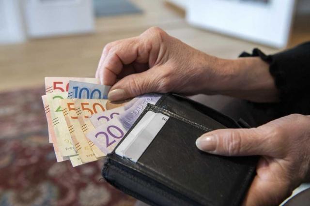 İsveç Polisi kalpazanların sahte banknotlar piyasaya sürdüğünü ve vatandaşların sahte paraya karşı dikkatli olması gerektiğini söyledi.