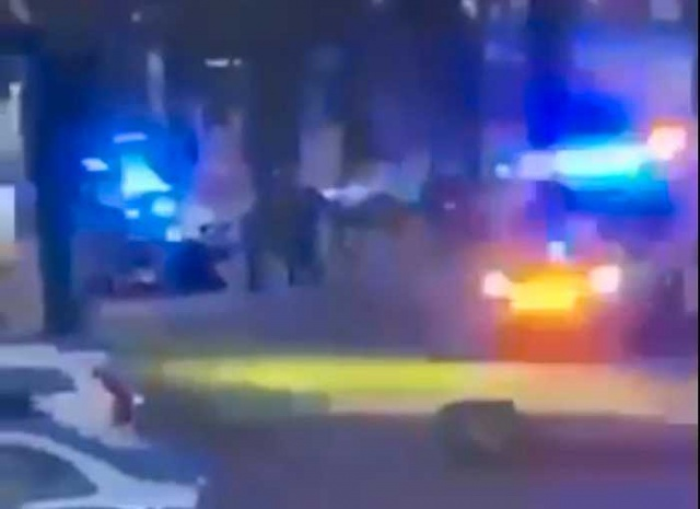 Dün gece saatlerinde Göteborg'daki Biskopsgården'de bir polis vurularak öldürüldü.  Polisin ani bir saldırı sonucunda vurularak öldürüldüğü bildirilirken, bölgede çok sayıda polis ekibi saldırı ile ilgili çalışma başlattı.