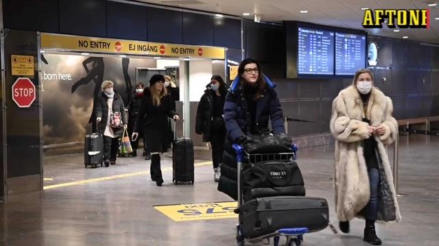 Hükümetin getirdiği PCR negatif test zorunluğu yalnızca yabancı ülke vatandaşları için geçerli.  Güney Afrika'ya yaptığı bir seyahatten yeni dönen İsveçli Anna, doğrudan Arlanda'daki kontrollerden geçti.  Polis şefi Krister Olofsson, İsveç vatandaşları için bir test gösterme gereksinimi olmadığı için sorun olmuyor dedi.  İsveç, ülkeye girmek isteyen yabancı yolcular için negatif PCR testi şartını getireli neredeyse iki gün oldu.