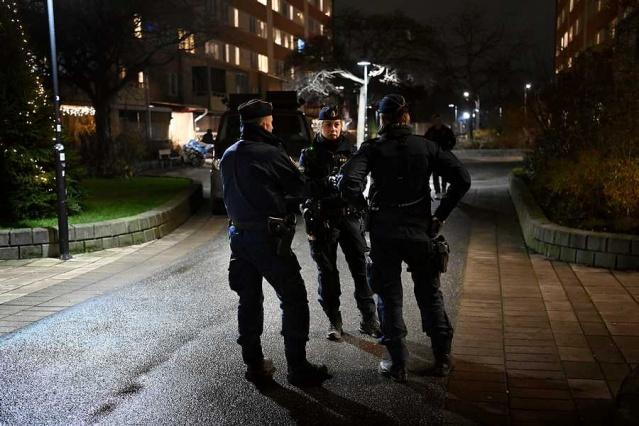 İsveç'in Nacka belediyesindeki Fisksätra'da bir kadın öldürüldü.  İhbar üzerine eve giden polis ve sağlık ekipleri bir apartman dairesinde kadını ölü buldu.  Edinilen bilgiye göre, eşini öldüren koca polise teslim oldu.  Dün öğleden sonra Nacka'da büyük bir polis hareketliliği yaşandı. Olay Perşembe günü saat 15.00 sıralarında yaşandı.  Bölge polisi Eva Nilsson, Nacka'da sağlık ekipleriyle gittikleri adreste, cinayet olayı olduğunu ve olaya dair soruşturma başlattıklarını belirterek, olaya dair daha fazla bilgi veremeyeceklerini belirtmişti.