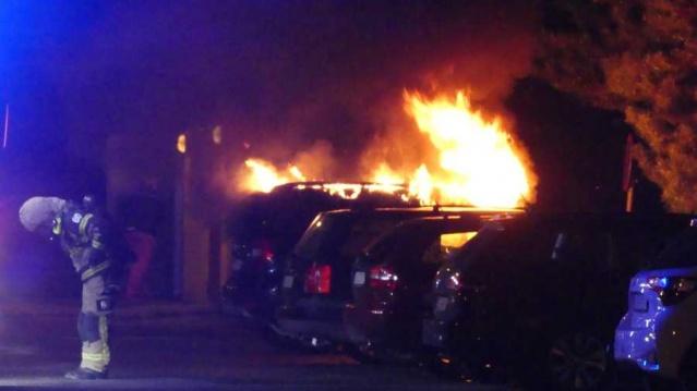 Eskilstuna'da kaos dolu bir gece yaşandı. Araçlar ateşe verildi ve kentte ciddi rahatsızlıklar yaşandı.  İlk olarak, bir kişinin silahlı bir adam hakkında yanlış alarm verdiğine inanılıyor.  Bir dakika sonra şehrin bazı noktalarında yangın ihbarları yapıldı.  Polis, Eskilstuna'nın dört bir yanında olay yerlerinin olduğu yangın kargaşasında saldırıya uğradı.  Gece yaşanan kaotik olaylara karıştıkları şüphesiyle 20'li yaşlarında üç genç tutuklandı.  Eskilstuna'daki kaos gecesi, Torshälla'da bir kişinin silahlı görüldüğü üzere yapılan ihbarla başladı. Polis o ihbar üzerine harekete geçerken aynı anda şehirde araçlar ateşe verildi. Ve iki saat boyunca farklı noktalarda yangınlar çıktı.  Yangınlarla ilgili ihbarlar duyulurken, diğer şehirlerden takviye çağrısı yapıldı, kurtarma servisi yangından yangına koşmak zorunda kaldı ve polis kapsamlı araştırma başlattı.