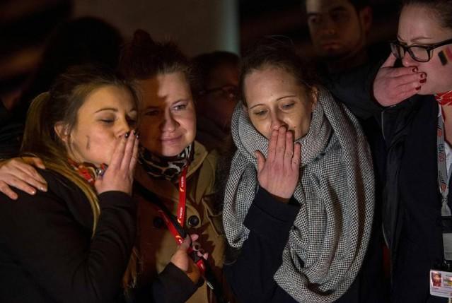 Havalimanı çalışanları Çarşamba gecesi Zeventem Havaalanı çevresinde toplandı ve terör kurbanlarını anarak terörü protesto etti.  Foto: PHILIPPE HUGUEN/AFP  Hazırlayan: Semihhan AYDEMİR