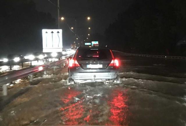 Son günlerde giderek artan yağışlar dün gece saatlerinde normallerin üzerine çıktı. Aşırı yağış nedeniyle E6 karayolunda trafikte büyük aksamalar meydana geldi.