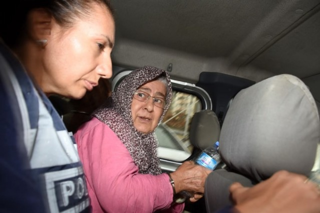"""İzmir Emniyet Müdürlüğü Asayiş Şubesi Cinayet Büro Amirliği ekipleri, BİMER'e 5 ay önce yapılan """"Aynur T'nin öldürülmüş olabileceği ve ailesinin bu durumu gizleyebileceği"""" yönündeki ihbar üzerine çalışma başlattı."""