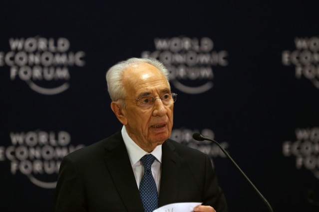 Şimon Peres 93 yaşında öldü, Cumhurbaşkanlığı, Başbakanlık, Dışişleri Bakanlığının yanı sıra İsrail ordusu kurulmadan önce Yahudi çetelerde silahlı görevlerde bulundu, Filistin topraklarındaki işgali bugünkü boyutlarına taşıyan Oslo anlaşmasının mimarıydı aynı zamanda Türkiye'nin de Davos çıkışında yakından tanıdığı biriydi.