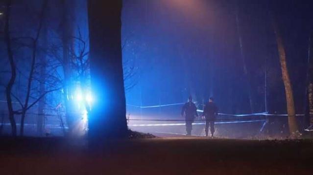 """Stockholm'ün güneyindeki bir açık hava alanda 20'li yaşlarında bir genç ölü bulundu.  Edinilen bilgilere göre, maktül bölgedeki birkaç kişi patlama sesi duyduktan sonra bulundu.  Stockholm polis bölgesi basın sözcüsü Eva Nilsson, """"vücuttaki yaralar bizi cinayetten şüphelendiriyor"""" dedi.  Stockholm'ün güneyindeki Skärholmen'deki bir açık alanda 20'li yaşlarında bir genç ölü bulundu. Polis, gencin öldürüldüğünden şüpheleniyor.  Bölgede patlama sesi üzerine polise ihbarda bulunulduğunu söyleyen Eva Nilsson, adamın daha sonra olay yerinde bulunduğunu belirtti.  Polisin olayın çok yeni olması nedeniyle, ölüm sebebine dair bilgi vermedi.  Polis, """"Bu konuda yorum yapamam. Onu cinayet olarak araştırmamızı sağlayan vücudunda yaralar var"""" demekle yetindi.  İhbar, Pazar gecesi saat bir buçukta yapıldı. Gencin cansız bedeni, bisiklet yolunun yanındaki ağaçlık alanda bulundu."""