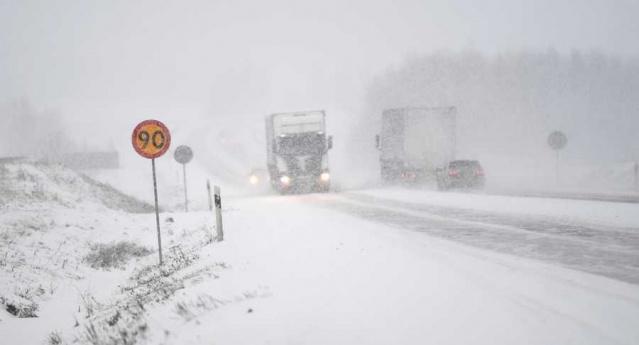 SMHI, hava durumu ile ilgili on farklı uyarı yayınladı.  İsveç'e aşırı bir kar fırtınası geliyor.  SMHI 10 uyarı yayınladı. Bazı bölgelerde 30 santimetreye kadar kar olabilir.  Perşembe sabahı batıdan kar ve rüzgarlı bir fırtına gelecek.  SMHI, güney-batı yönünden çok kuvvetli rüzgarlar gelecek, Västra Götaland, Västmanland, Halland ve Uppsala bölgelerinde saniyede 21-23 metre hıza ulaşması bekleniyor.