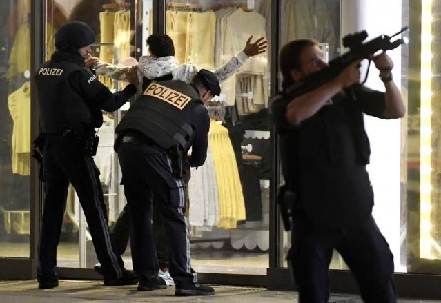 """Avusturya'nın başkenti Viyana'daki saldırıda, saldırgan ile birlikte can kaybının beşe yükseldiği belirtildi. Yaralı sayısı 17 olarak düzeltildi. Hastanede tedavisi süren 7 kişinin hayati riski bulunuyor.  Viyana polis şefi basın toplantısında, olayda iki erkek ve iki kadın olmak üzere 4 sivilin ve bir de saldırganın hayatını kaybettiği açıkladı.  Avusturya İçişleri Bakanı Karl Nehammer, polis tarafından öldürülen saldırganın """"IŞİD sempatizanı"""" olduğunu ifade etti.  Kaçan bir başka kişinin halen arandığını vurgulayan içişleri bakanlığı, olayda birçok şüphelinin olabileceğini açıkladı."""