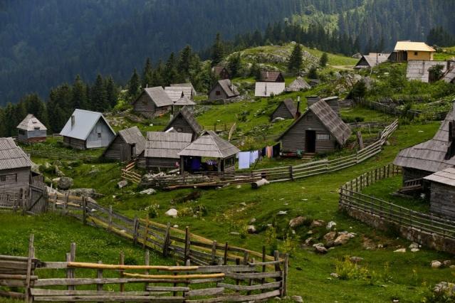 16 kilometre uzunluğundaki toprak yoldan ulaşılan Prokosko, yazları gölün etrafındaki ahşap evlerde yaşayan köy sakinlerinin yaptığı geleneksel Boşnak mutfağının farklı lezzetlerini de test etme imkanı sunuyor.