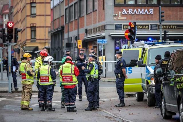 Göteborg'da Första långgatan'da meydana gelen şiddetli patlamada en az iki kişinin yaralandığı bildirildi.  Göteborg şehir merkezinde henüz ne olduğu belli olmayan büyük bir patlama meydana gelmesi üzerine emniyet güçleri harekete geçti.  Ulusal bomba imha ekiplerinin sevk edildiği bölgede meydana gelen patlamada iki kişinin yaralandığı belirtildi.