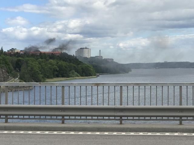 Lindingö'de silahlı saldırı sonucunda bir kişinin hayatını kayebettiği olaya dair görüntüler.