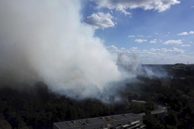 Şuanda çıkan yangına 30 ekip müdahale ediyor. Yangınların hızla yayıldığını belirten Södertörn bölge itfaiye operatörü Joakim Nyberg, çıkan yangının büyüdüğünü ve kontrol altına almak için 30 aracın müdahale ettiğini belirtti.