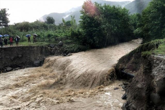 MAHSUR KALAN 3 KİŞİ KEPÇEYLE KURTARILDI  Ünye ilçesi Cevizdere Mahallesi'nde Cevizdere'nin taşması sonucu, köprü yıkıldı sel suları bölgeye kapladı.