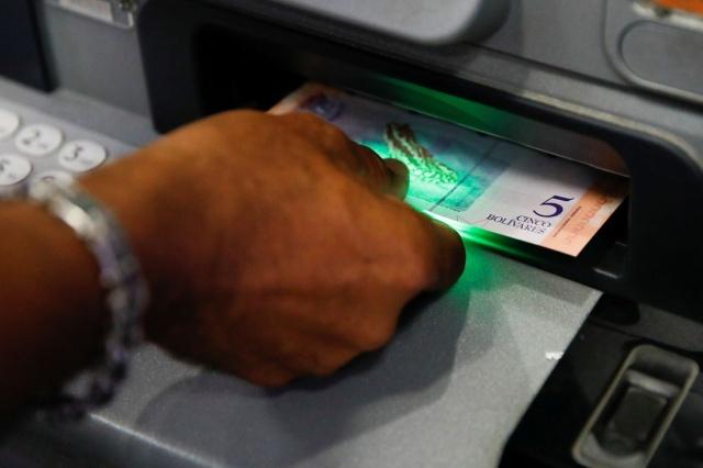 Venezüella'nın yeni para birimi ile nefes alacağı düşünülürken, eski para birimi ile bir kilo domates, bir tuvalet kağıdı, bir kilo et, bir tavuk almak için bakın ne kadar para ödemek gerekiyor.