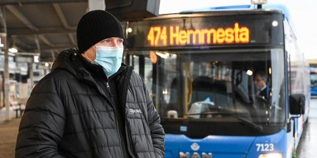 7 Ocak'tan itibaren toplu taşıma araçlarında maske takma tavsiyesinin yürürlüğe gireceği açıklaması zorunlu olabileceği anlamını beraberinde getirdi.  İsveç Halk Sağlığı Kurumu'nun yeni bir tavsiyesine göre, trafiğin yoğun olduğu saatlerde toplu taşıma araçlarında maske koruyucu kullanılmalıdır.  Alınan yeni kararın, 7 Ocak'tan itibaren yürürlüğe gideceği açıklandı.