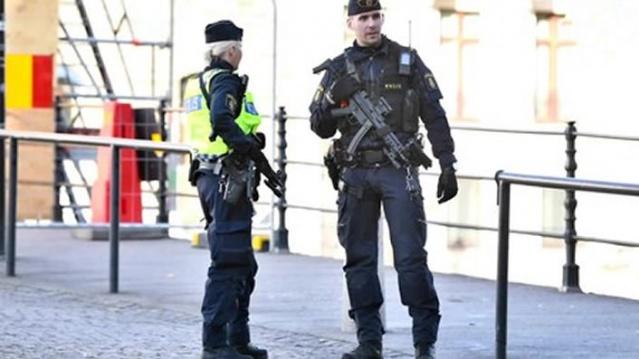 Güvenlik Polisi tarafından Malmö'de terör saldırı yapmayı planladığı belirtilen bir kişi tutuklandı.  Dün polisin düzenlediğin baskınla gözaltına alınan şüpheli tutuklandı.  Yakalanan zanlının bir terör eylemi planı içinde olduğu düşünülüyor. Bu sabah Malmö'deki Hukuk Merkezinde sorgulanacak.  Ön soruşturma, Ulusal Güvenlik Davaları Birimindeki oda savcısı Hans-Jörgen Hanström tarafından yürütülüyor. Zanlı hakkında gıyabında tutuklama verildi. Tutuklama kararından sonra harekete geçen polis şüpheliyi yakaladı. Edinilen bilgilere göre gözaltına alınan ve savcılıkça tutuklanmasına karar verilen zanlıya Malmö Bölge Mahkemesi avukat tayin etti.  Hans-Jörgen Hanström, kişinin ne tür bir suçtan şüphelenildiğini söylemek istemiyor.