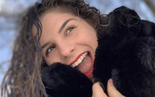 Solunum güçsüzlüğü nedeniyle Paris'teki hastaneye Pazartesi günü kaldırılan 16 yaşındaki Julie isimli genç kızın koronavirüs nedeniyle hayatını kaybettiği belirtildi.