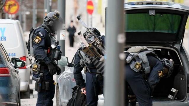 Başkent Stockholm'de polis, üç farklı bölgede birçok adrese operasyon düzenleyerek bazı suçlara karıştığı belirtilen çete üyelerine operasyon düzenledi.  Polis, Perşembe günü bir adamın kaçırıldığı olayla ilgili kapsamlı bir çalışma başlattı.  Daha önce bazı suçlara karışan çete üyelerinin yeni bir soygun planıyla bağlantılı olarak bir kişiyi kaçırdığı iddia ediliyor.