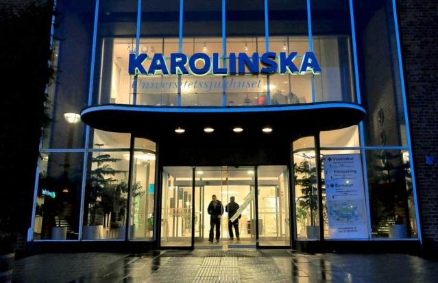 """İsveç'te insanların evde kendilerini test etmeleri için covid-19 test kiti talep edilmesi halinde sağlık kuruluşlarınca eve gönderiliyor. Ancak Stokholm bölgesinde test talebine olan yoğunluk nedeniyle evden test sipariş etme imkanı dört gün süreyle duraklatıldı.  Cevap bekleyen çok fazla test var.  Karolinska Üniversitesi Laboratuvarı yöneticisi Claes Ruth, geçen hafta sonu bir gece içinde test talebi en az iki katına çıktı. Bu nedenle vaktimiz olmadı dedi.  Geçen hafta sonu, Stockholm bölgesinde ev testleri için talep neredeyse ikiye katlandı. Bu nedenle ev testi sipariş etme imkanı dört gün boyunca duraklatıldı.  Karolinska Üniversitesi Laboratuvarı yöneticisi Claes Ruth, """"Gerçekten zamanımız yoktu ve şimdi yetişmemiz gereken işler var"""" çabaların biriken testleri biran önce sonuçlandırmak olacak şeklinde ifadeler kullandı."""