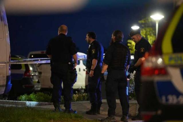 Başkent Stockholm'ün kuzeyindeki Hjulsta'da 30'lu yaşlarında bir adam gece yarısından hemen önce bir otoparkta vurulmuş halde bulundu.  Ambulans helikopteri ile hastaneye kaldırıldı ancak sabah saatlerinde polis adamın öldüğünü duyurdu.  Polis Pazartesi günü erken saatlerde Husby'deki cinayetle olası bağlantıları araştırıyor.