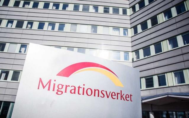 1 Aralık itibariyle, İsveç Göçmen Bürosu'nun ikamet izinleri ve ikamet hakkı kartı farklı bir görünüme kavuşacak. Halihazırda geçerli bir kartı olanların kartını değiştirmeye gerek yok.  Ancak İsveç'te yeni oturum alacak olanların, yeniden tasarlanmış oturum kartları alacağı belirtildi.