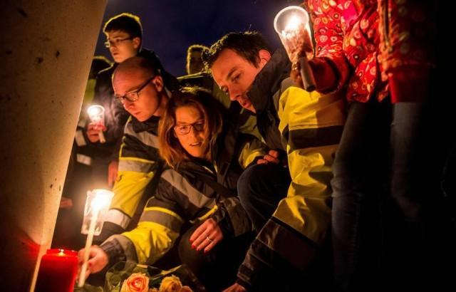 Çalışma arkadaşlarını ve havaalanındaki diğer kayıplar için mumlar yakıldı. Anma töreni düzenlendi.  Foto: PHILIPPE HUGUEN/AFP  Hazırlayan: Semihhan AYDEMİR