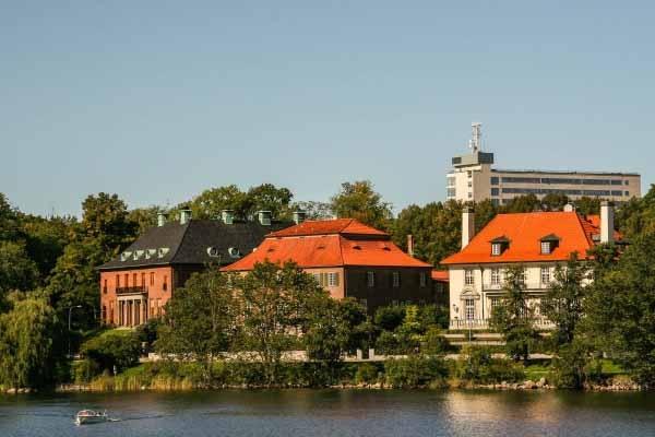 4. Djurgårdsbrunnsviken'in güneşli kuzey tarafı  Bu güzel sahili, müzelerin güzel binalarının dışından güzel nesneler arasında gezdirin. Hayata manalı dokunuşa adım atmak için harika bir yer.