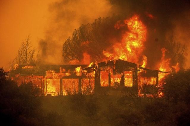 Hava sıcaklıklarının ilerleyen günlerde 43 dereceye kadar çıkmasının beklendiği eyalette 16 farklı bölgede etkili olan yangınların daha fazla büyümesinden endişe duyuluyor.