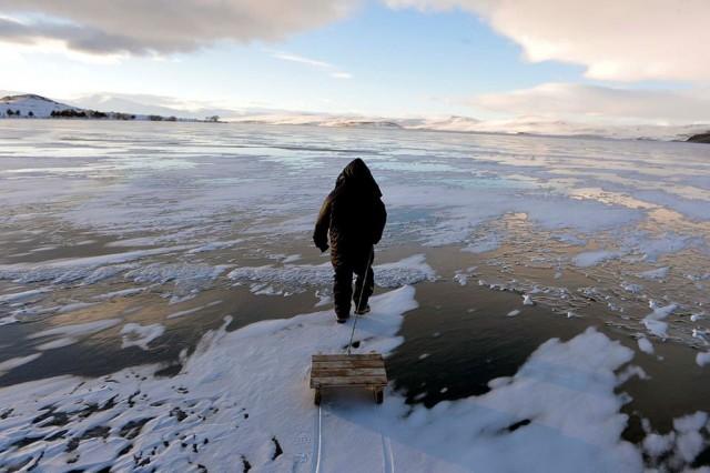Buz tutan göl üzerinde çay ve kızak keyfi   Doğu Anadolu Bölgesi'nin en soğuk ili Ardahan'da, sıcaklık gece saatlerinde sıfırın altında 26 dereceye kadar düştü. Ardahan'ın Çıldır ilçesinde bulunan ve bölgenin Van Gölü'nden sonra ikinci büyük gölü Çıldır tamamen dondu