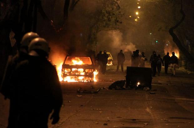 4-ATİNA'DA UMUTLAR TÜKENDİ Yunanistan'da Aleksis Çipras hükümetine karşı sokak gösterileri artık kendini iyice hissettirmeye başladı. Ağır ekonomik şartlardan kurtulamayan Yunanistan'da 1 Mayıs yürüyüşü sırasında Atina'da polisle göstericiler arasında çatışmalar meydana geldi.