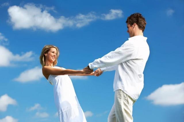 TAMAMEN DEĞİŞTİRMEYE ÇALIŞIRSANIZ EVLİLİK ÇATIŞMA ALANI OLUR  3) Evlilikte en ciddi meselelerden biri de karşı tarafı 'olduğu gibi' kabullenmemektir. Bizler evliliğe 'ben eşimin şu huyunu değiştiririm' mantığıyla yaklaşır ve bunu da evlilik sürecinde uygulamaya çalışırsak elbette o ev bir çatışma alanına dönüşecektir. Belli bir yaşa gelmiş kişiliği ve kimliği oturmuş bir bireyin kendi arzu ve isteği dışında değişmesi imkansızdır. Bunun yerine eşimizin varlığını olduğu gibi kabul edip , talepkar davranışlarımız makul olmayan taraflarından vazgeçmeliyiz.