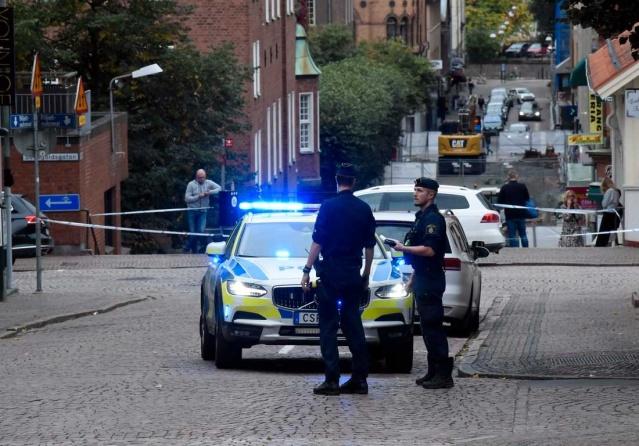 """sveç'in başkenti Stockholm'ün güneyindeki Botkyrka'da vurulan 12 yaşındaki kız çocuğu olayı toplumu sarsarken, benzer olayların ardı arkası kesilmiyor.  İsveç emniyet müdürünün İsveç'te 40 kadar çetenin olduğunu ve bunların İsveç'teki tüm suç olaylarının içinde olduğunu belirtirken, son günlerde mecliste de çete olaylarına yönelik ciddi eleştiriler var.  Ebba Busch, hükümetin suç şebekeleriyle mücadelede aciz kaldığını yüksek sesle dile getirerek, İsveç'te artık kimsenin güvende olmadığını belirtti.  Borås kentinde bir kuaförde traş olan müşteriye yönelik saldırıda vurulan berber oldu.  Kuaför, kendini salona atmaya çalışırken bacağından vuruldu.  Yerel basında yer alan habere göre hedef, suç çeteleriyle bağlantılı bir müşteriydi.  Olayla ilgili yerel basına konuşan kuaför akrabası, """"Tamamen masumdu. Konuyla hiçbir ilgisi yoktu, ancak bir çete çatışmasının ortasında kaldı."""" diyerek, kuafördeki müşterinin hedef alındığı saldırıda kuraför vuruldu."""