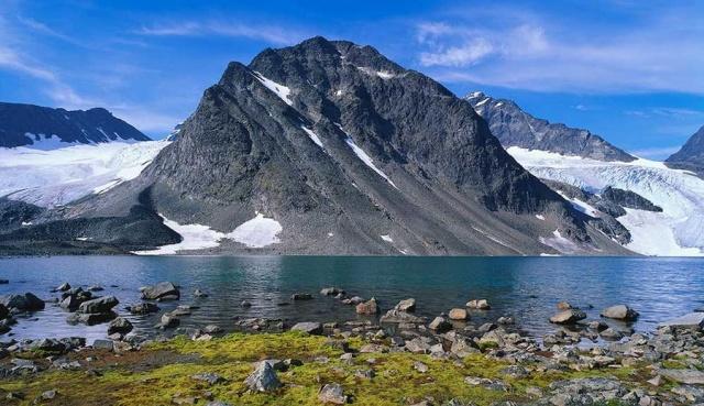 Glaciärkurs Kebnekaise  Bu, dağlarda yürüyüş ya da tırmanmayı sevenler için STF'de tamamen yeni bir rotadır, ancak bilgi eksikliği olan ya da güvenli geçiş buzullarını hissetmeyenler gibi. Yaz aylarında buzullar arasında gezmek ve gerçek bir macera için güçlü bir deneyim. Katılımcılar, Tarfaladalen  (Tarifa Vadisi)'nin çevresinde güvenli ve kolay öğrenebileceğiniz bölgeye güzel turlar düzenliyor. Katılımcılar STF Tarfala Fjällstuga'da yaşıyor ve fiyata konaklama, tam pansiyon, dağ rehberi, güvenlik ekipmanı dahildir.
