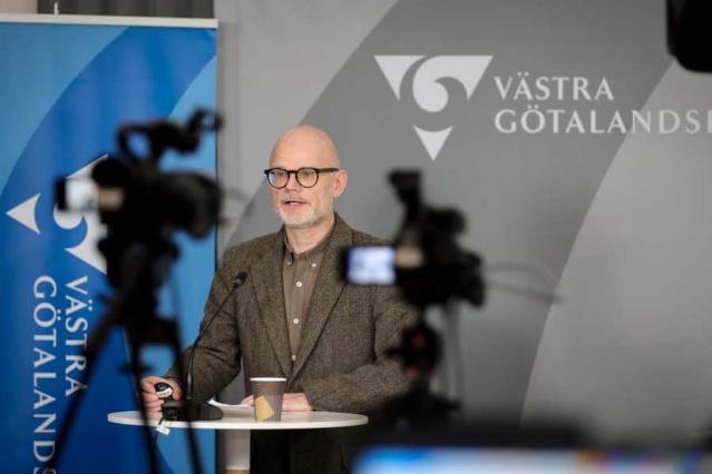 Ayrıca Mönsterås'ta, aynı okulda yaklaşık 30 çocuk covid-19'a yakalandı.  Barometern'e konuşan Çocuk ve Eğitim Komitesi Başkanı Jacqueline Doohan, İsveç'te bu kadar çok enfeksiyon geçiren başka okul olmadığını söyledi.  Bölge bir basın açıklamasında, covid-19'un yayılmasının Västra Götaland'da bir kez daha ivme kazandığı konusunda uyarıda bulundu. 8. haftada 5 bin 964 yeni vaka bulundu ve bölgede enfeksiyonun yüzde 25 arttığını gösteriyor denildi.