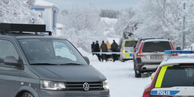 Västernorrland bölgesinde yaşanan bir bıçaklama olayından sonra polis olayın failini vurarak öldürdü.  Edinilen bilgilere göre, polis, bir evde yaşanan bıçaklama olayıyla ilgili ihbar aldı.  Olay yerine varan ekipler, evde şüpheli fail de dahil olmak üzere birkaç kişiyle karşılaştı.  İki kişiyi bıçakladığı belirtilen zanlı, polis tarafından vurularak öldürüldü.  Sabahın erken saatlerinde, Härnösand'daki bir evdeki bıçaklama olayıyla ilgili aldığı ihbar üzerine ekipler hareke geçti. Olay yerine gelen polis ekipleri iki kişiyi yaralı halde buldu.