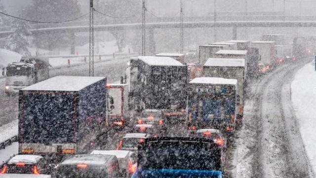 SMHI'nin dün yayınladığı uyarılardan sonra gece saatlerinde etkili olan fırtına İsveç'te etkisini gösterdi.  Fırtına elektrik kesintilerine ve trafik kaosuna neden oldu.  İsveç'in kuzeyinde kar fırtınası ve rüzgar etkili oldu.