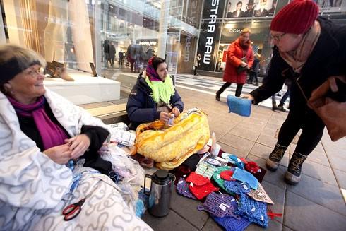 İsveç'te son zamanlarda evsizlerin daimi ikametgahı caddeler ve o yaşamlarını idame ettirmek için bazı evsizler örgüler örüp el emeklerini satmaya çalışıyorlar.