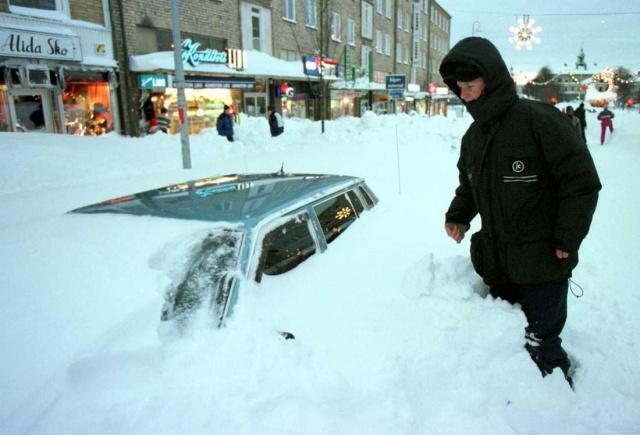 Yirmi bir yıl önce, 20. yüzyılın en kötü kar fırtınası Gästrikland'ı vurdu.  Gävle bölgesinde karla kaplanan şehirde hayat durma noktasına gelmişti.  Gävle Körfezi'nden kar bulutunun Noel'de bir kar yağışı için umut verdiği belirtildi.   Gävle'de durum böyleyken İsveç'in bazı bölgelerinde kar 2 metreye ulaştı. İşte ayrıntılar: