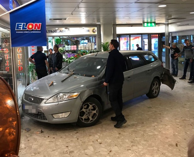 Stockholm'da arabayla kuyumcuya dalan soyguncular vurgun yaptı!
