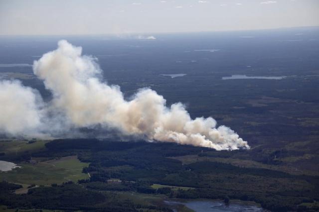 Sala'nın hemen güneyinde bulunan Rörbo'daki yangınla ilgili bugün alarm verilirken öğleden sonra alevlerin genişlediği belirtildi.