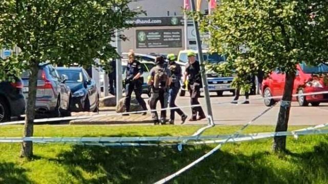 Göteborg'daki Hjällbo'nun merkezinde bir silahlı saldırı gerçekleşti. Meydana gelen silahlı saldırı sonucunda bir kişi yaşamını yitirirken, edinilen bilgilere göre en iki kişi yaralı olarak hastanede tedavi altına alındı.  Saldırı sonrasında çok sayıda polis ekibi olay yerine intikal etti. Bölge polisinden Fredrik Svedmyr, birkaç ekiple olay yerindeyiz dedi.