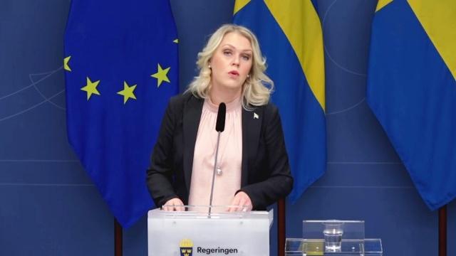 İsveç'te hükümet koronavirüsle ilgili son günlerde kısıtlama ve destek paketleriyle ilgili yeni adımlar atıyor.  Pazar günü yürürlüğe giren geçici Pandemi Yasası'ndan sonra salgınla daha etkin mücadele kapsamında yeni adımlar atılıyor.  Eğitim bakanlığının dün uzun süreli enfeksiyon çalışmaları için toplumu biliglendirme kapsamındaki 50 milyon kronluk bütçe açıklanırken, bugün koronavirüs testleri ve çalışmaları için yeni bir paket açıklandı.