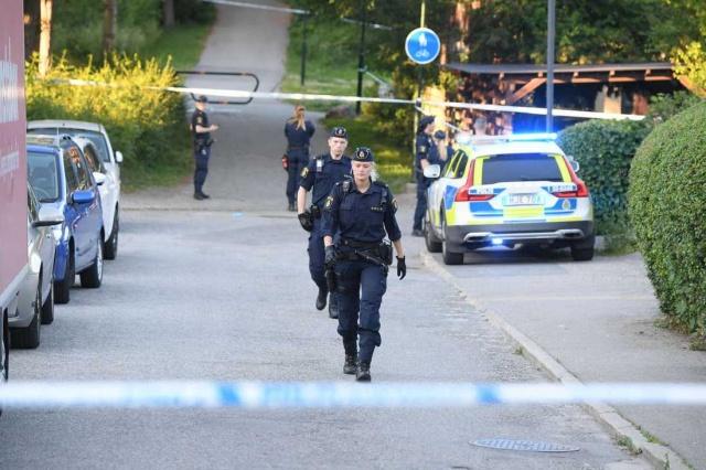"""Stockholm'ün güneyindeki Älvsjö'de silah seslerinin duyulması üzerine silah seslerini duyan kişiler polise ihbarda bulundu.  Silahlı saldırı sonucunda bir kişinin ağır yaralandığı bildirilirken, Stockholm polis'inden Per Fahlström, """"Cinayet teşebbüsüyle ilgili bir ön soruşturma başlattık"""" dedi."""
