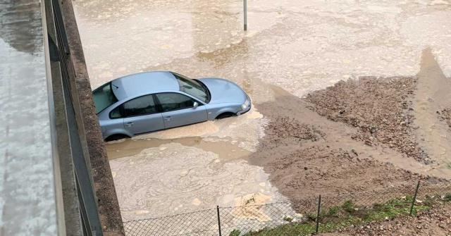İsveç'in Arboga kentinde bir su hattında meydana gelen patlama sonrası, bazı alanlar su altında kalırken, kenttin içme suyu kesildi.  Arboğa belediyesi civarındaki evlerde suların akmadığı bildirildi.  Sorunun Hjälmaren'den gelen hattaki büyük bir sızıntı olabileceği söylendi.  Arboga sakinlerinin içme suyu için ne kadar beklemek zorunda kalacağı belli değil.