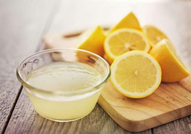 Limon suyu  Limon suyu yüzünüzdeki fazla yağın giderilmesinde, bakterilerin öldürülmesinde ve siyah noktaların yok edilmesinde etkilidir. Yüze uygulanan taze sıkılmış limon suyu, gözeneklerinizin temizlenmesine yardımcı olur. Limon suyunu ayrıca bal ve zerdeçalla karıştırmak da yüzünüzü günlük olarak temizlemekte kullanılabilir.